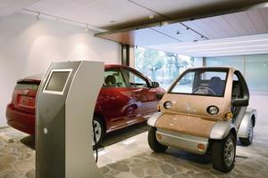 An der Säule in der Garage kann das kleine elektrisch betriebene Automobil aufgeladen werden. Falls es einmal zu einem Stromausfall im Haus kommen sollte, wird das Kfz zum Generator und speist Strom in die Säule ein<br />