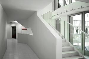 Wie bei der Fassade spielen die Architekten in den Büroetagen mit Hell-Dunkel-Kontrasten. Die Farbe des Linoleumbodens variiert zwischen hellgrau (Büros zur Straße), dunkelgrau (Flur) und grau (Hofseite)<br />