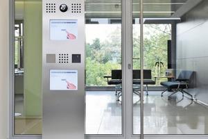 Barrierefreier Eingang: Eine freistehende Stele empfängt den Besucher am Haupteingang. Das integrierte Kommunikationsterminal signalisiert von weitem, wofür es da ist: Es wird per Touchscreen bedient <br />Speziell für Rollstuhlfahrer integriert die Stele ein zweites, identisches Kommunikationsterminal. In ergonomisch richtiger Höhe ermöglicht es die Bedienung aus sitzender Position<br />