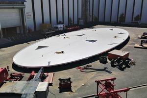 Das fertig montierte Dach vor dem Hub auf die Stützen
