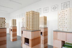 Auf Augenhöhe: Alle elf Exponate werden auf Stelen aus verfüllten Poroton-Ziegeln präsentiert