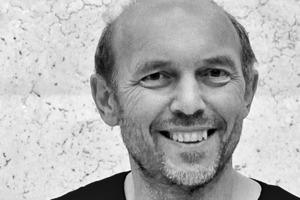 """<div class=""""fliesstext_vita""""><strong>Peter Haimerl</strong></div><div class=""""fliesstext_vita""""><br />Peter Haimerl, geboren 1961 in Eben, Bay. Wald. Als realisierender Architekt, mit eigenem Büro seit 1991, konzentriert sich Peter Haimerl auf Projekte, die die Grenzen konventioneller Architektur überschreiten. So besteht z.B. das Projekt """"zoomTown"""" seit 2000 als offene Forschungsplattform zur Optimierung und Reorganisation städtischer Umwelt. Lehraufträge u. a. an der HBK in Braunschweig (2005/2006) am Institut für Transportation Design und an der Hochschule für Architektur in München (2009/2010) im Bereich Städtebau zum Thema Strukturalismus digitaler Prägung. Zahlreiche auch internationale Preise</div>"""
