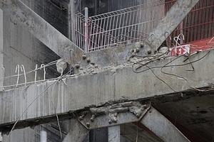 Archaik im Stahlbau: Die Auskreuzungen bleiben - statisch wirksam - erhalten, machen aber Probleme bei der Einarbeitung
