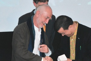 DAM-Chef Peter Cachola Schmal übergibt Peter Zumthor die Auszeichnung