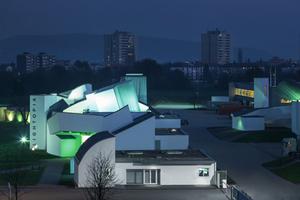 Bereits vor dem Eingang empfängt die Besucher ein farbiges LED-Lichtsystem, das neben dem RGB-Farbraum auch den gesamten Bereich des Weißlichtes stufenlos darstellen kann. Komfortabel gesteuert und in die Gebäudesystemtechnik des Museums integriert, wird das System über ein KNX-Bedientableau