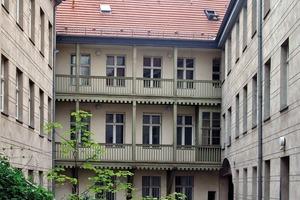 links: Der Innenhof vor der Sanierung
