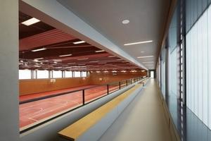 Blick in die Sporthalle mit Rängen