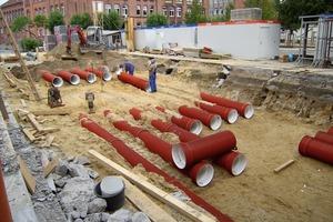 Insgesamt wurden unter dem Schulhof 13 Kunststoffrohre mit einem Durchmesser von 56 cm und einer Länge von je 25,5 m verlegt<br />