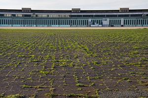 Langsam sprießt das Gras wieder. Seit 2010 ist das ehemalige Flughafengelände der Tempelhofer Park
