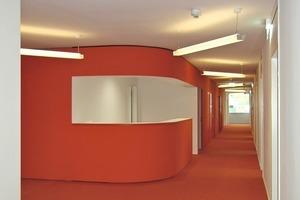 """<div class=""""9.6 Bildunterschrift"""">Die Kerne enthalten auf jeder Geschossebene Funktions- und Technikräume sowie eine offene Teeküche. Über den Türen sieht man die Überströmschlitze für die Abluft aus den Büros; durch die Schattenfuge zwischen Wand und Decke wird die Abluft abgesaugt und zur Wärmerückgewinnung genutzt  </div>"""