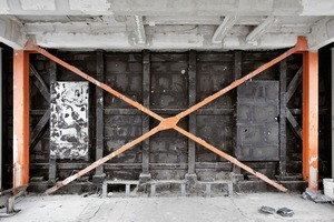 Baustelle: Das Tragwerk wurde zeitaufwändig und teils punktuell instand gesetzt; hier noch sichtbar die Auskreuzung hinter der Edelstahlblechfassade