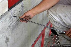 Abb. 4: Die Bohrlöcher werden ausgebürstet, um die Oberfläche aufzurauen und ausgeblasen, um das Bohrmehl zu entfernen