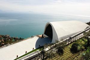 Blick von höher gelegenen Gärten auf die Musikhalle und den Golf von Salerno<br />