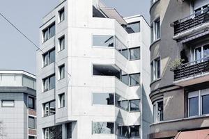 """<div class=""""4.1 Bildunterschrift"""">Ins Auge fallen die minimierten Profilansichtsbreiten der bronzefarben eloxierten Holz-Alu-Fenster</div>"""
