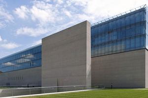 Seitliche AnsichtPeter Böhm schuf einen sehr einfachen und harmonischen Stadtraum, indem er dem Klenzebau ein in seiner Dimension sehr ähnlichen modernen Baukörper entgegensetzte