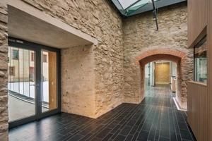 Der Blick aus der sanierten Turmruine: links der gläserne Verbindungsgang zum Kornhaus, geradeaus der Durchgang zum Foyer und Treppenturm