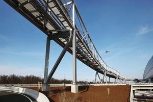 <br /><br />Die Stützen haben einen dreieckigen Querschnitt, die Stützdiagonalen sind biegesteif ausgebildet, an den Fußpunkten wurden sie als Gelenk ausgeführt.Im Bereich der Straße ste<br /><br /><br />finiert, sie wurde als stabiler Dreifuß <br />ausgebildet- von hier aus schiebt die Brücke Richtung Osten und Westen<br /><br />