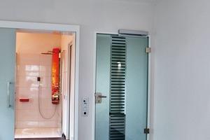 """Der Schlafraum mit direktem Zugang zum Duschbad über eine geruchsdicht schließende und nachträglich installierbare Schiebetür. Vom Bett aus kann die gesamte Gebäudetechnik über ein 9""""-Touchpanel bedient werden"""