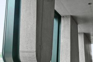 """<div class=""""""""><strong>Im Inneren blieb die Sichtbetonqualität der geschlossenen Fassadenelemente und Deckenuntersichten erhalten</strong></div>"""