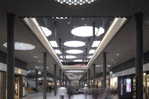 Die gekoppelten Kreise natürlichen und künstlichen Lichts übernehmen sind gestalterisch präsent, die restlichen architektonischen Elemente ordnen sich dieser zurückhaltend unter<br />