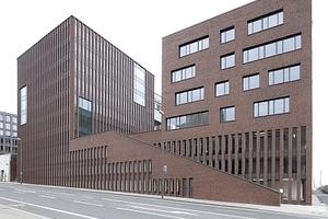 Fußgängertreppe in Richtung Innenstadt/Bahnhof. Links oben das ursprünglich für die Kreativwirtschaft geplante Zentrum, jetzt Hauptsitz Thyssengas
