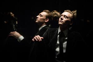Es beginnt mit einem Lichtausfall: Dr. Robert Laing (Tom Hiddleston) steckt im Aufzug fest