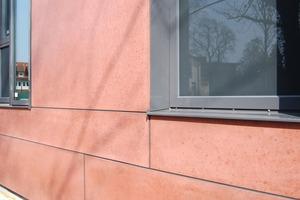 Die schwarz eingefärbten Fugen sind im Farbton den Fensterrahmen angeglichen, setzen sich aber von der ebenfalls eingefärbten Betonfassade ab (Grundbuchamt Winsen/Luhe, Büro ArchitektenRüdiger)<br />