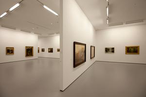 Das große Ausstellungsvolumen ist schlicht durch eine Längswand sowie variable Querwände unterteilt