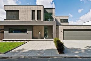 Gestalterisch dominiert der Vormauerziegel Polaris aus dem Programm Terca-Fassadenlösungen von Wienerberger. Er ist hellgrau nuanciert gedämpft, mit einer sehr dünnen Lagerfuge vermauert und korrespondiert mit der Farbgebung der Fenster und Fassadentafeln
