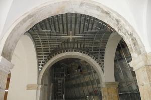 Die Anpassung der Unterkonstruktion an die nicht vollkommen symmetrisch platzierten Stützen verlangte höchste Sorgfalt und Präzision<br />