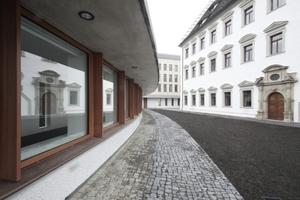 Innenhof. Links der zum Altbau geöffnete, dem nebenliegenden Straßenverlauf in leichter Krümmung geschwungene Archivlesesaal (das Archiv liegt unter dem Garten)