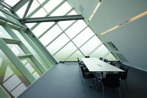 Edle Atmosphäre in den Konferenzräumen mit unifarbenem Linoleum in Kombination mit Glasflächen<br />