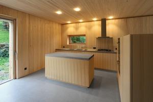 Details wie in der Wand verschwindende Holz-schiebetüren, in die Täfelung eingelassene Beleuchtung, integrierte Fensterbänke, die als Sitzbänke funktionieren – alles besteht aus dem Werkstoff Holz. Die Ter-rassen sind ebenerdig durch große Terrassentüren zu erreichen<br />