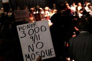 """""""Zeigt Respekt für 9/11. Keine Moschee"""" Während der vier Stunden dauernden offenen Aussprache am Dienstag brachten rund 100 Befürworter und Gegner des 100-Million-Dollar-Projekts ihre Argumente vor."""