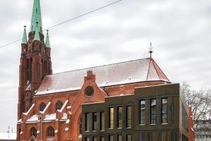 Ansicht Apostelkirche mit dem Anbau hinter Corten-Fassadentafeln