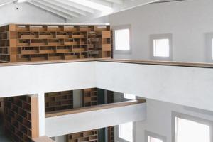 Der Innenraum wird mit einer durchgehenden plastischen Betonstruktur gebildet, die gleichzeitig die Ziegelwände aussteift