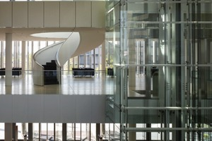 Das Atrium des Q1 erstreckt sich über 10 Geschosse. Den Raumabschluss nach Norden und Süden bilden zwei 28,1 x 25,6 m große Panoramafenster. Deren 96 Einzelscheiben werden von einer Seilkonstruktion gehalten<br />