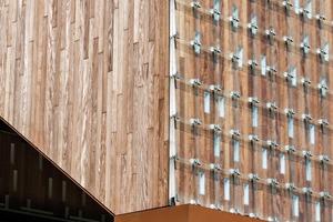 Die sich überlappenden Glasplatten des Daches und der Längsfassaden dienen dem Witterungsschutz des Holzes. Sie bilden eine zweite Haut, die dafür sorgt, dass das Bauwerk in den sich ständig verändernden Lichtbedingungen unterschiedlich wirkt