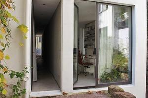 Einer der drei zu berücksichtigen Fluchtwege führt durch das Gebäude im Erdgeschoss und mündet in das Treppenhaus. Der zweite befindet sich außerhalb des Gebäudes im Innenhof und der dritte im Untergeschoss