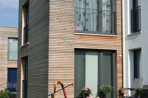 Die Grundrisse wurden überarbeitet und modernisiert; durch die Anbauten entstehen geschützte Terrassen auf der Gartenseite