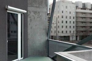 Durch geschickte Verdrehung der Grundrisse konnten die Architekten zweigeschossige Freiräume bei eingeschossigen Wohneinheiten realisieren und so für mehr Außenraumqualität und Lichteinfall im Innenraum sorgen<br />