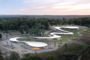Wie ein Fluss windet sich das Meditationszentrum von einem sanften Hügel herab