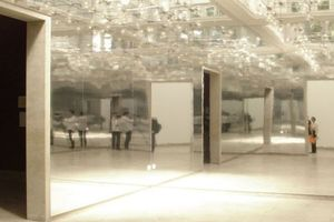 Der Spiegelsaal, palastbeleuchtet und sonst nichts