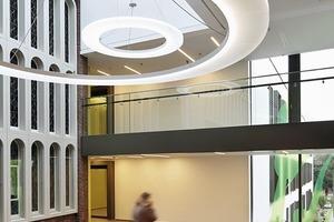 """rechts: Ein Kontrast, der sich bereits auf dem gelungen modernen Vorplatz mit rekonstruiertem """"Epanchoir"""" ankündigt: links neugotische Torbogenromantik, rechts neuzeitliche Transparenz"""