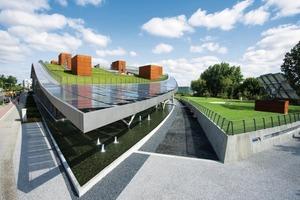 Das Dach ist begrünt, ist durch Wireless Lan erschlossen und kann als Arbeitsplatz genutzt werden. Die gebäudeintegrierte Photovoltaikanlage mit 210 kWp Leistung trägt zur Abdeckung des Energiebedarfes bei<br />