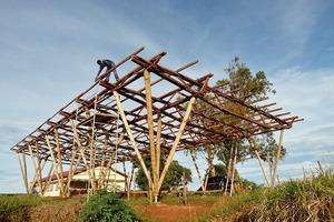 Um einen Termitenbefall der Gebäude zu vermeiden, verbanden die Architekten vier Fußpunkte zu einem und ließen diese aus Eisen von lokalen Handwerkern fertigen