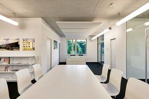 Ein durchgängiges Beleuchtungskonzept mit einigen dekorativen Lichtakzenten fügt sich homogen in das überwiegend Weiß gehaltene Innere des Bürogebäudes B8