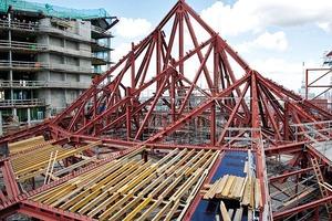 Die Unterkonstruktion des Daches besteht aus Stahlträgern, die teilweise nicht-marktübliche Dimensionen aufweisen