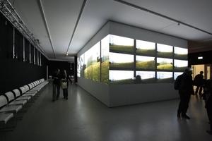 Der um die Ungers-Architektur gelegt Kubus dient außen als Projektionsfläche, ...