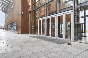 """<div class=""""10.6 Bildunterschrift"""">Die Gebäudekommunikation der Designlinie Siedle Steel spielt sich nicht in den Vordergrund. Dazu trägt auch der Einbau in die Holzfassade bei. Die Steel-Türstationen im Astrup Fearnley Museum sind exakt auf den jeweiligen Bedarf abgestimmt. Türöffner für Rollstuhlfahrer ermöglichen barrierefreien Zugang, das Codeschloss gewährt Mitarbeitern Zutritt ohne Schlüssel</div>"""